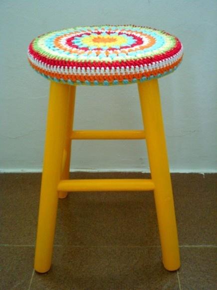 Capa alegre e colorida,  feita por encomenda para banquinhos redondos.