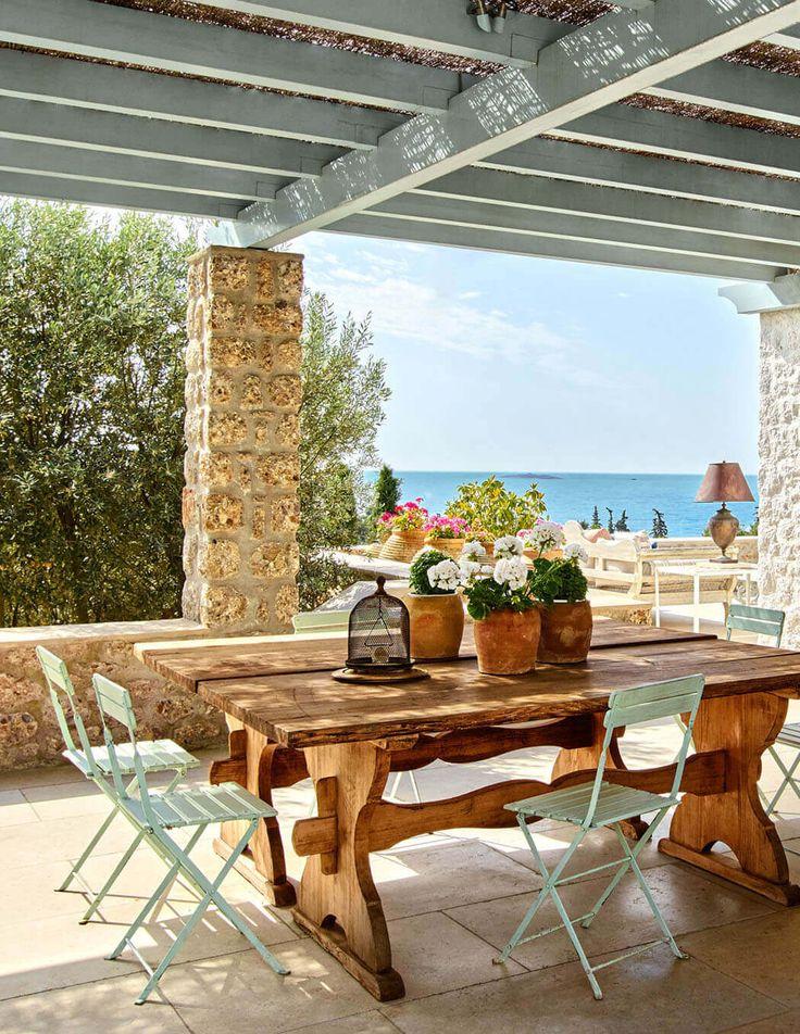 Une partie de la terrasse est couverte et représente une salle à manger extérieure avec belle vue sur la mer