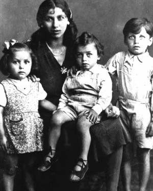 Elisabeth Emmler with their children  all were murdered in Auschwitz.  Photo: Documentation and cultural centre of German Sinti and Roma