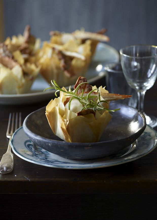 Tarteletter kan sagtens være en moderne og velsmagende forret. Prøv denne nemme opskrift på tarteletter med jordskok, flæsk og timian i en sprød kurv.