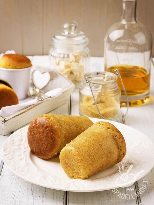 Rum baba - I Babà al rum sono i celebri dessert napoletani famosi ormai in tutto il mondo. Sono dolcetti dal profumo delizioso e il successo è assicurato! #baba #babaalrum