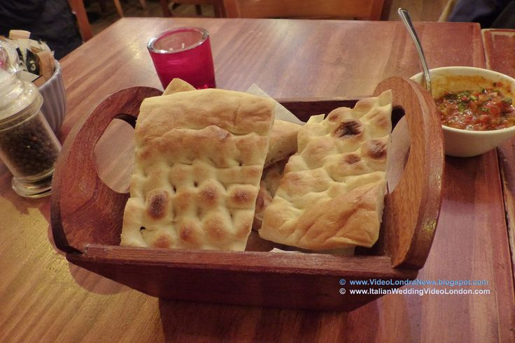 """Non so se è una esigenza personale o un vizio italico ma come si fa a mangiare la carne senza accompagnarla con qualcosa che sia apparentemente simile al pane? #Londra #London #GrandBazaar #cucinaturca #TurkishCuisine #OxfordCircus #JamesStreet #PitaBread #Turkish E così abbiamo richiesto del """"pita bread turkish"""" ... che altro non è che una normale focaccia bianca, quella che io chiamo """"pizza salata""""."""