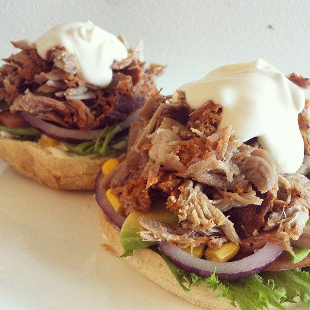 https://instagram.com/p/sZuoB7oF8g/ - Deilig diet lunsj, pulledporkburger med hvitløksdressing. Så saftig og så godt!  Nå er det snart jobb, før ukas første beinøkt på Norges beste gym #kalibergym