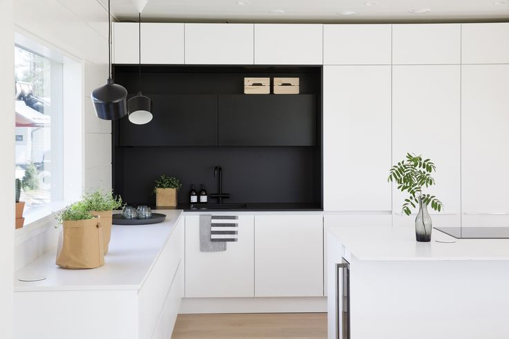 Black and white kitchen by Lube. Honka log homes.