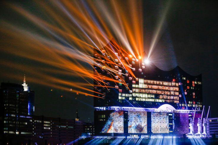 Uno spettacolo di luci per inaugurare la nuova sala da concerto Elbphilharmonie ad Amburgo, in Germania. - (Markus Scholz, Dpa/Ap/Ansa)
