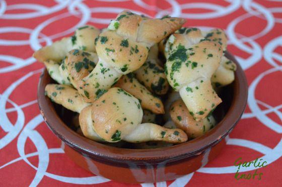 Garlic knots Pour la pâte à pizza : – 200 g de farine – ½ sachet de levure du boulanger déshydratée – 25 g de lait – 1 cuillère à soupe d'huile d'olive – ½ cuillère à café de sel fin – 10 cl d'eau Pour la garniture : – 3 cuillères à soupe d'huile d'olive – 2 gousses d'ail – 1 cuillère à soupe de parmesan râpé – persil plat – fleur de sel