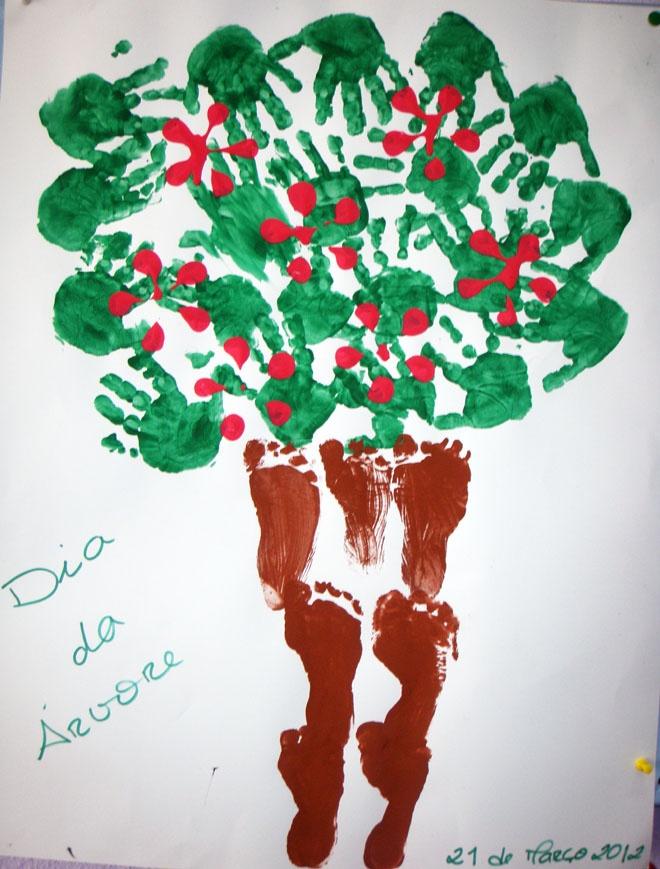 Árvore com pés e mãos. Flores com carimbo de garrafa pet