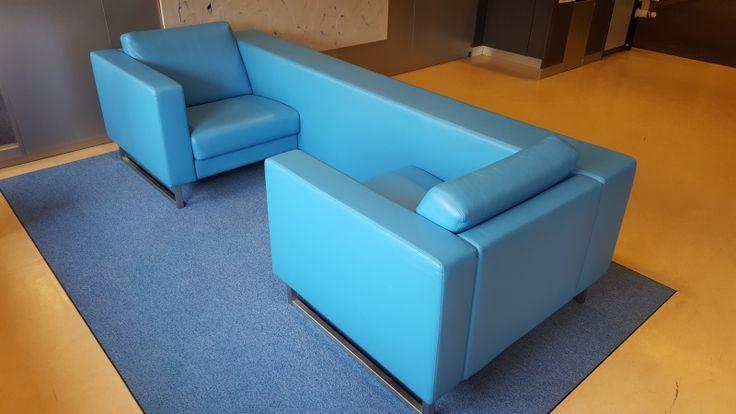 Deze gebruikte lederen 2-zits bank is uitermate geschikt om te plaatsen in een ontvangstruimte, maar ook in een kantoor geeft deze bank de ruimte een professionele uitstraling.