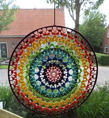 Sparkelz-creatief:Not strictly over lay but the colour combinations are fab. The pattern is for sale but it is not in English.