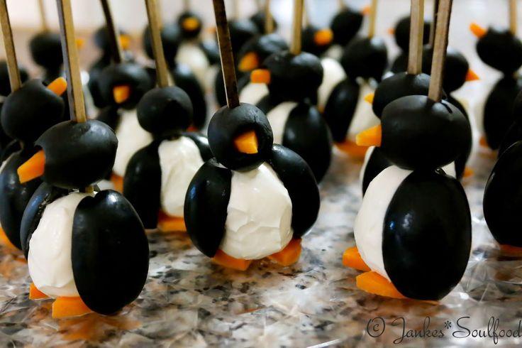Kleine Fingerfood Pinguine aus Oliven mit Frischkäsefüllung.