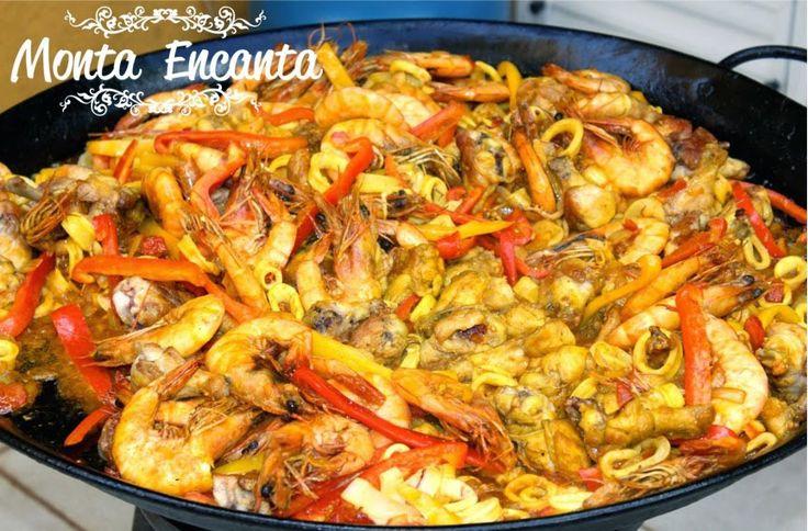 Paella Valenciana, risoto espanhol com açafrão, lulas, vieiras, camarões, lagosta, frango, marisco, vagem, ervilhas e na Espanha c/ coelho ou porco.