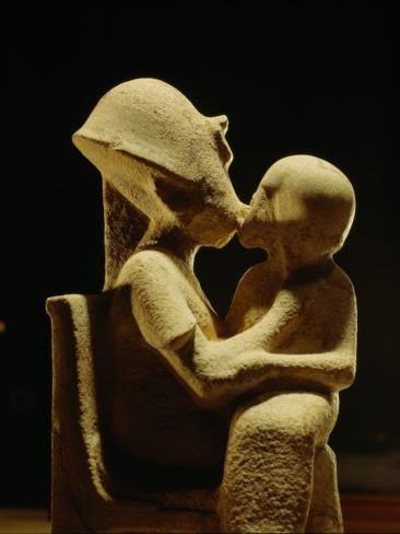 Antigua estatuilla egipcia. Representa al faraón Akenatón cariñosamente abrazando a una de sus hijas, Museo Egipcio, El Cairo.