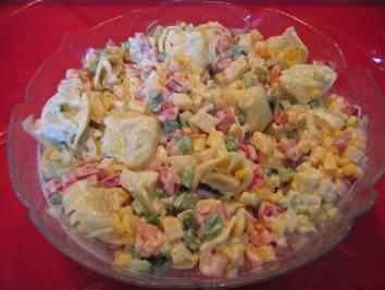 Das perfekte Tortellini-Salat o. Fleisch-Rezept mit Bild und einfacher Schritt-für-Schritt-Anleitung: Die Tortellini kochen, abschütten und etwas…