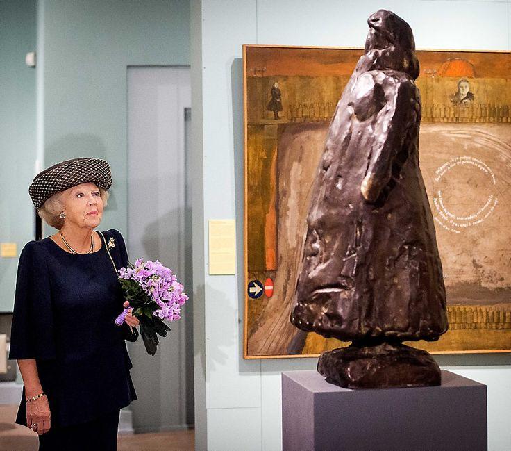 Prinses Beatrix bij opening tentoonstelling Held op Sokkel (fotoserie) -  Prinses Beatrix bekijkt het standbeeld van haar grootmoeder koningin Wilhelmina, tijdens de opening van de tentoonstelling Held op Sokkel in het Haags Historisch Museum. beeld ANP