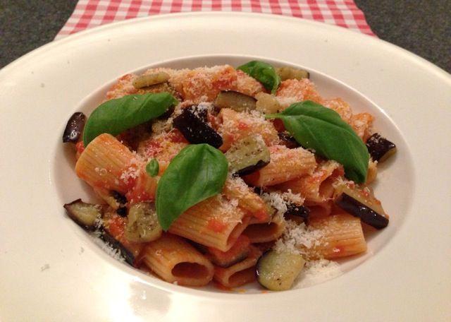 Pasta alla Norma is een traditioneel Siciliaans recept met meerdere betekenissen. Nieuwsgierig naar wat deze betekenissen zijn? Bekijk dan snel dit recept!