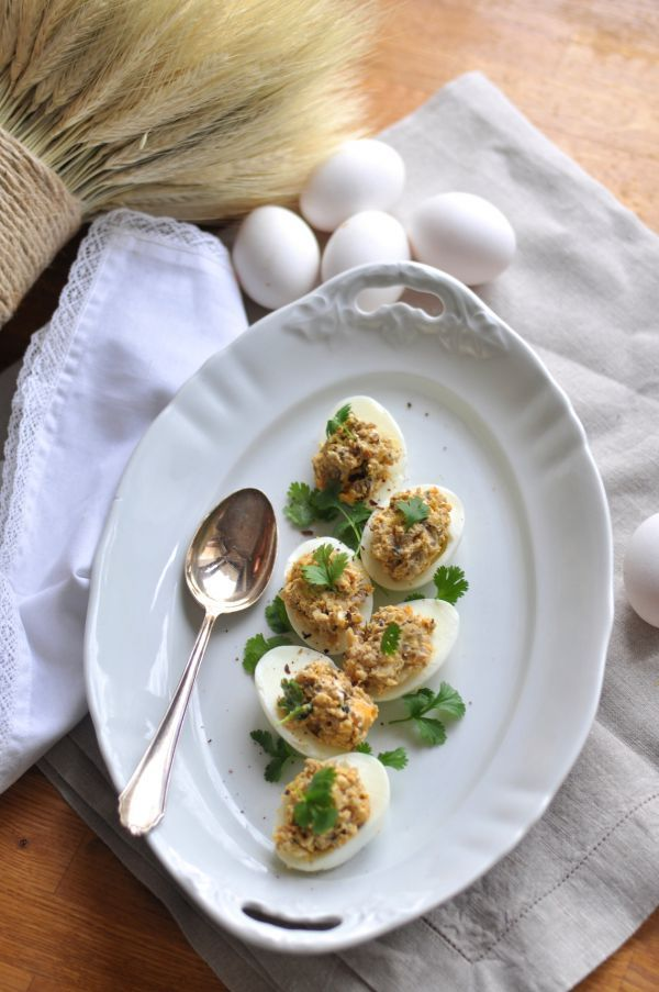 Przepisy na Wielkanoc: Faszerowane jajka z duszoną cebulką i pieczarkami, świeżą kolendrą i kozim serem // Easter Recipes: Stuffed eggs with braised onions and mushrooms, fresh coriander and goat cheese | Make Cooking Easier
