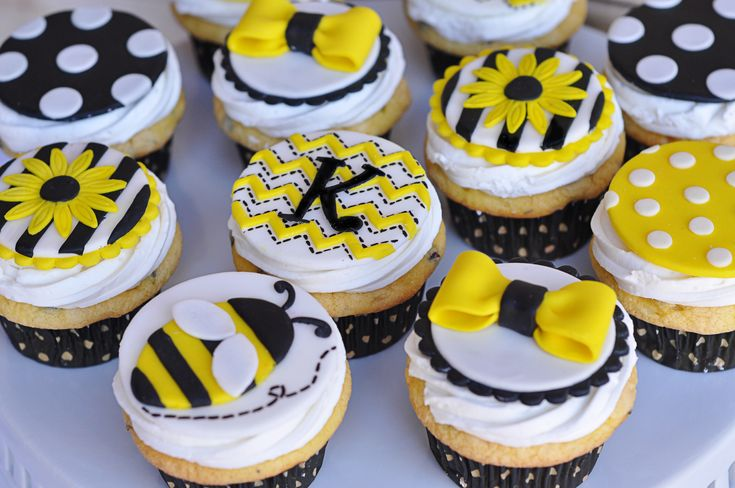 bee cupcakes | It's all about the details my friends!…..cute set up on the table.