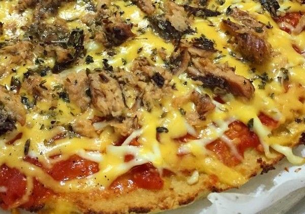 Receita da Pizza Margherita (a do vídeo)  1 couve-flor média (cerca de 750g ) 1 xícara (100g) de farinha de amêndoa 2 ovos 1 colher de chá de orégano seco 1 colher de chá de manjericão seco Sal e pimenta do reino moída