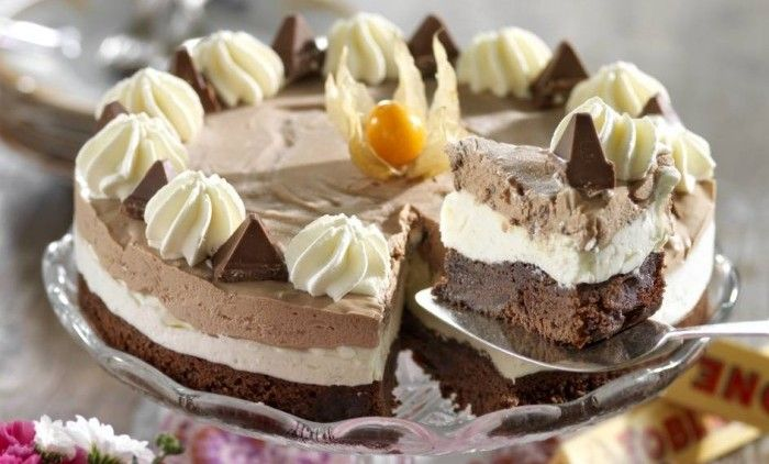 En magnifik glasstårta som kan stå helt färdig i frysen. Gör garanterat succé på både större kalas och mindre middagar!