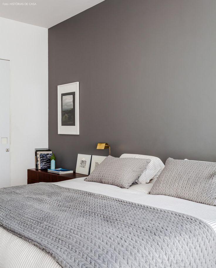 Quarto amplo com decoração clean e minimalista em tons de branco e cinza.