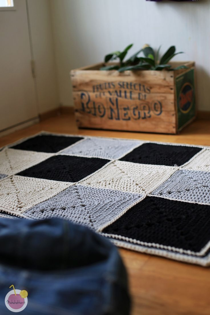 Crochet Black and white carpet from recycled yarn / Virkattu Moppari matto |