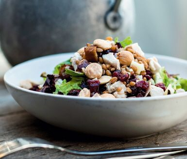 A really nice dinner sallad with chicken, dates, almonds and a lot more good and healthy stuff!