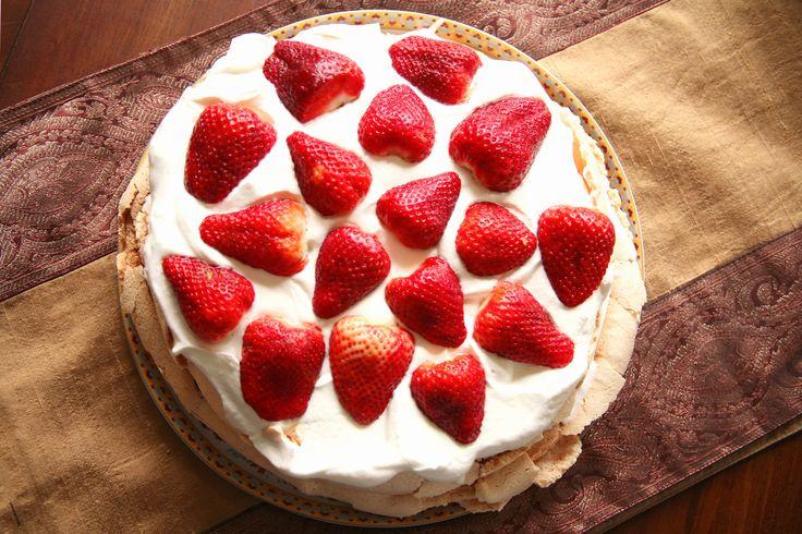 Pavlova er for mange verdens beste kake. TV-profil Vibeke Klemetsen elsker den deilige marengsdesserten, og lager den så ofte hun kan. Få oppskriften her!