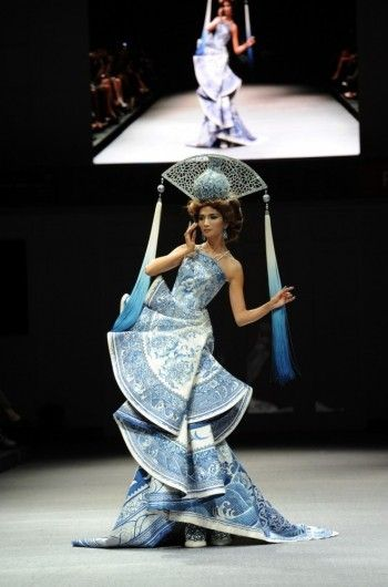 Guo Pei's couture has always embraced her oriental roots and culture, here is a winner piece with inspirations drawn from quintessential Chinese porcelain and traditional fan.