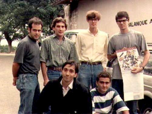 """""""O meu encontro com Senna"""" - por Bruno Gouveia, vocalista da banda de rock brasileira Biquíni Cavadão. """"...Estávamos em São Paulo, no meio do conturbado campeonato de 1989,Senna e Prost brigando corrida a corrida ..."""" """"...soubemos que Ayrton estaria na cidade para uma visita às obras do novo traçado de Interlagos ...."""" """"...Ayrton nos deu pins com o seu capacete, e perguntou: """"Vamos tirar umas fotos?"""". Já que ele é que tinha se oferecido, surpreendi a todos da banda e saquei minha câmera...."""