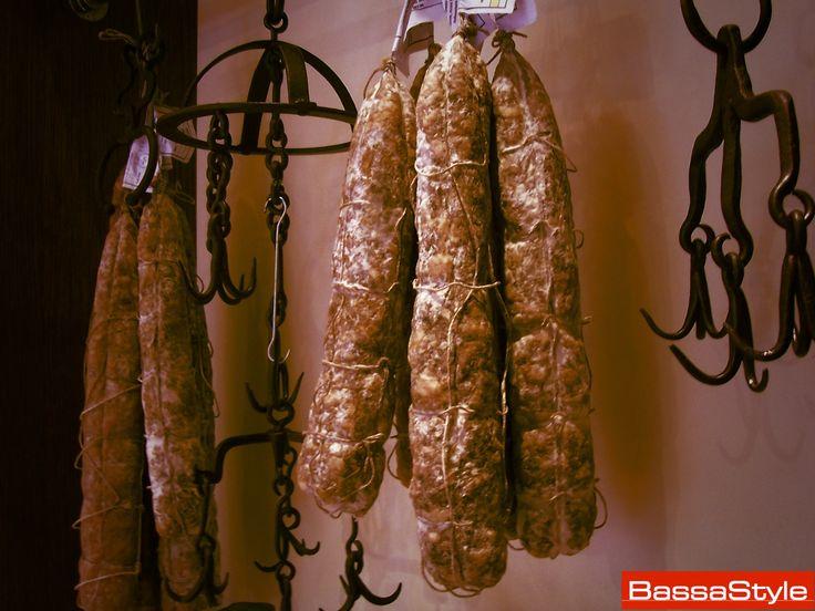 All'interno de La Macelleria, anche i salami appesi contribuiscono a creare un ambiente vicino alla tradizionale bottega. Un semplice tocco di stile.