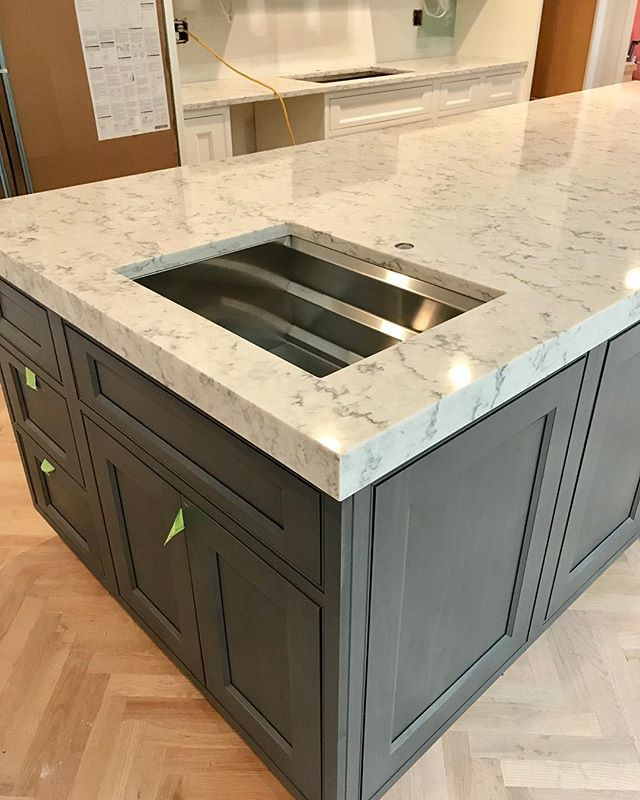 Newborn Engineered Quartz Countertops With 2 Thick Mitered Edge Kitchendesign Kitchenremodel Grey Kitchen Designs House Design Kitchen Kitchen Cabinet Design