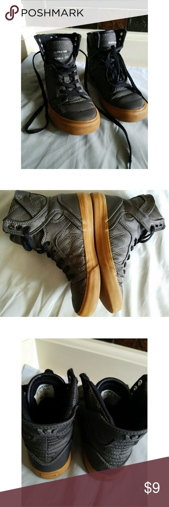 🅱2️⃣G1️⃣FREE ✴️ SUPRA High-top Sneakers ✴️ 💥BUNDLE & SAVE 20% off! Add 2+ items in my closet!!💥  Metallic dark grey coated canvas illuminates this sneakers w/ signiture style👌  📌Size 1 (Little Boy) 📌Worn & Very much loved by my son, just few scratches on the sides but NOTHING MAJOR 😁 📌VERY CLEAN INTERIOR & EXTERIOR. CLEAN SHOE LACES👌 📌Removable padded EVA footbed.  🚭SMOKE FREE & PET FREE HOME🔅  🤝REASONABLE OFFERS ARE WELCOME🤗🤝  🛂SAME DAY SHIPPING IF ORDER IS PLACED BY 9AM🕘…