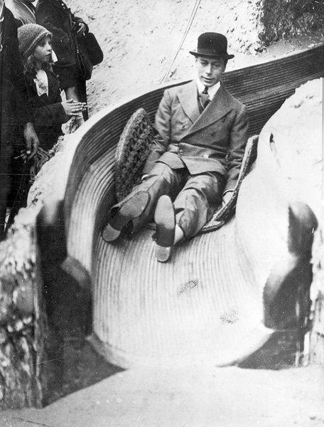Английский король Георг VI съезжает с горки, 1925 г.