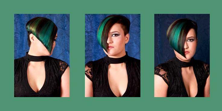 Kort haar met donkerbruine basiskleur en groen, blauwe highlights. Asymmetrische haarcoupe, waarbij een zijkant is kort geschoren Hair and photo Jolande Goverde