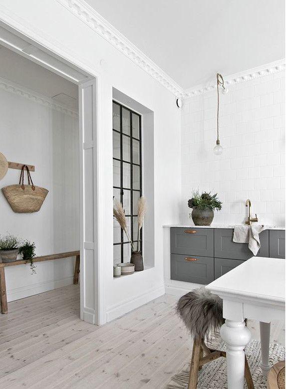 Design Blanc Et Bois Dans Un Appartement Suedois Deco Salon Blanc Decoration Interieur Maison Appartement Blanc