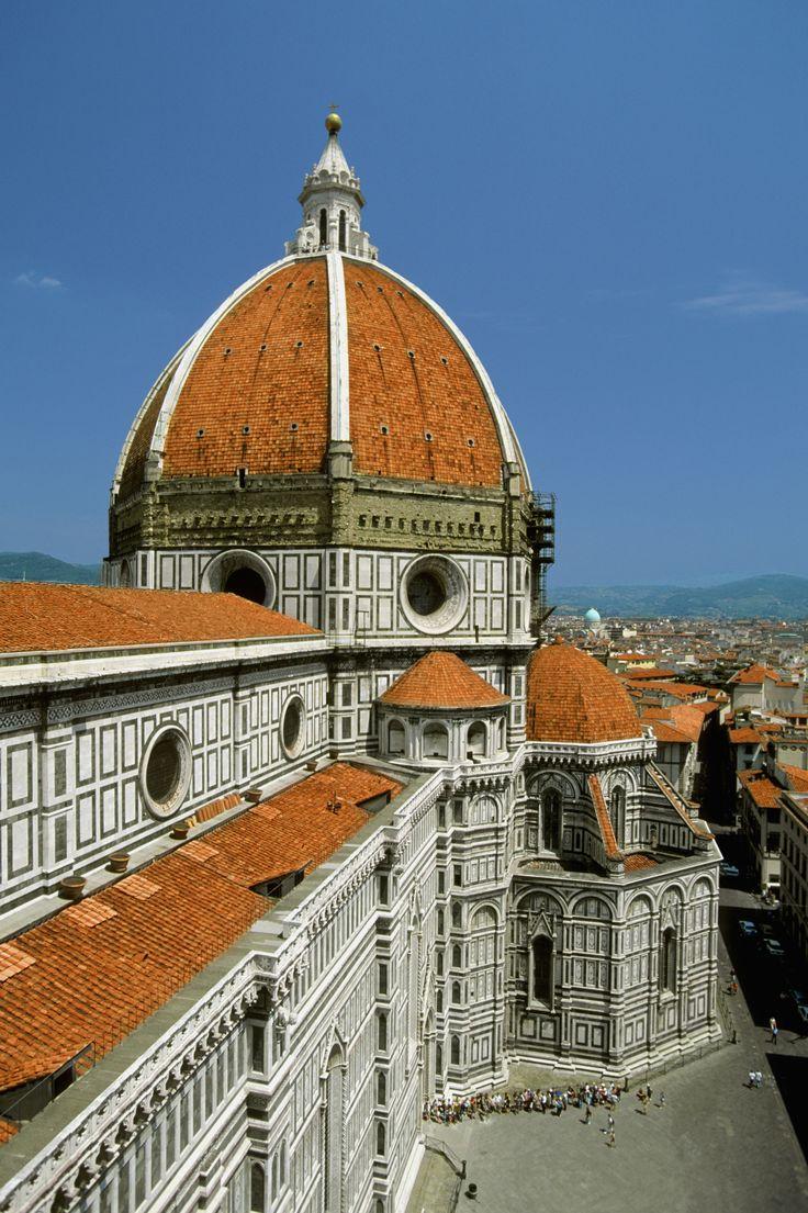Una descripción del proceso de construcción del Duomo de Florencia, centrado en la cúpula de Bruneleschi y en sus características renacentistas.