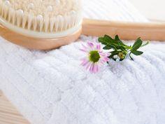 Conheça a escovação à seco, o novo jeito de esfoliar e fazer aquele detox corporal