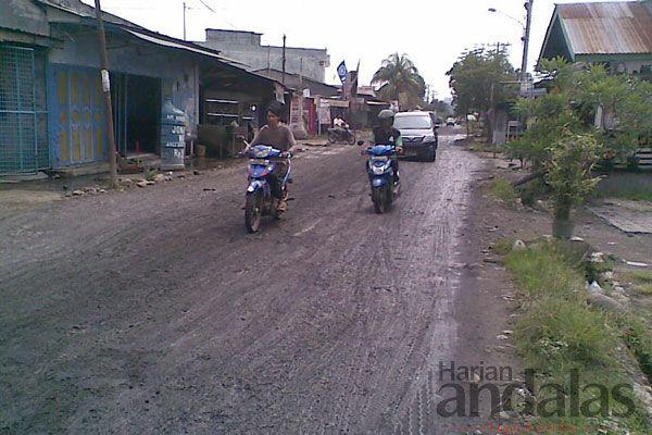 RUSAK - Sejumlah pengendara bermotor melintasi Jalan Rawe di Kelurahan Tangkahan, Kecamatan Medan Labuhan, yang saat ini kondisinya semakin ...