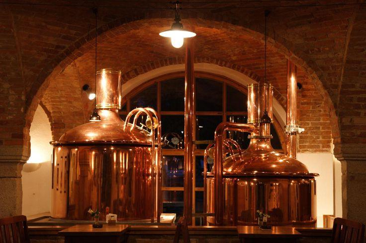 """Schlossparkhotel Mariakirchen **** Die Braukunst besteht in Mariakirchen schon seit 1752, seit 2003 werden in der Brauerei wieder unfiltrierte und naturbelassene Biere gebraut. Überzeugend sind neben Hellem, Dunklem und dem alkoholärmeren Scheps auch die außergewöhnlichen Sorten, wie etwa das kräftige, durch Mandarinen-Aroma abgerundete """"De Gschmeidige"""", der dunkle Export """"De Hantige"""" und die Dunkle Vollmond Weisse, welche immer in der Vollmondnacht gebraut wird."""