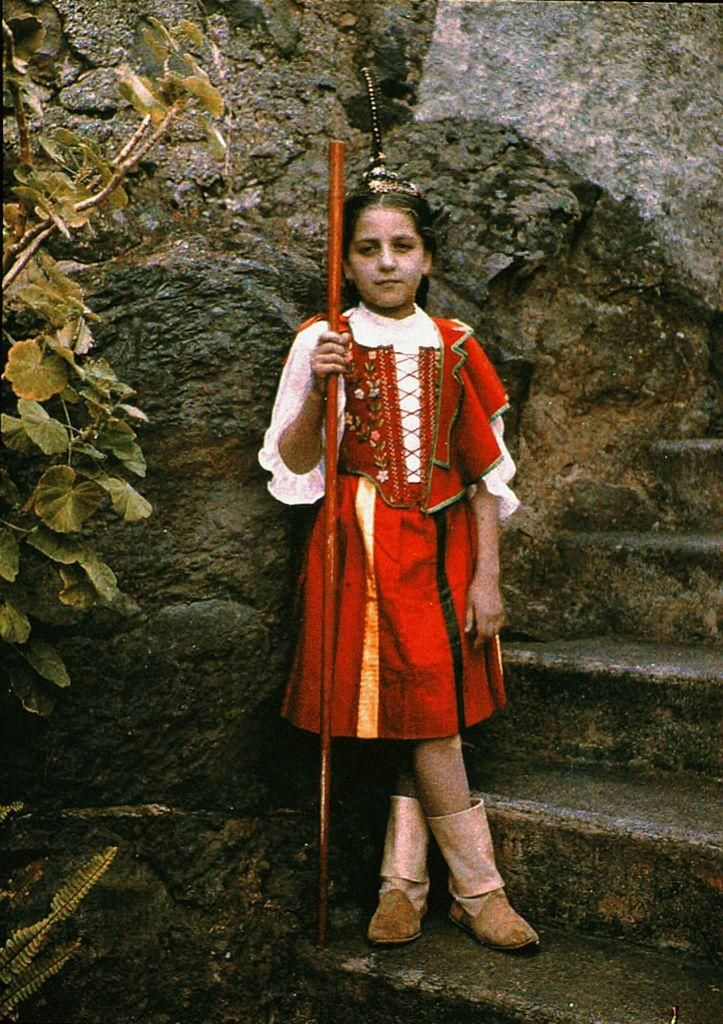 1910年、北大西洋上マカロネシアに位置するポルトガル領マデイラ諸島、伝統的な衣装を身につけた少女。イギリスの女性アマチュア写真家Sarah Angelina Aclandによって撮影されたカラー写真。