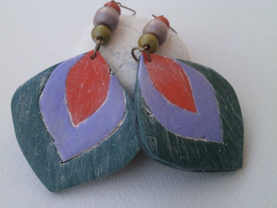 I started with the shape of the main bead and then chose the three colours: dark green, light violet, and orange. I highlighted the texture with a very light yellowish acrylic colour blend, and added wooden beads. I could have made a round flat bead and turn these into post earrings.