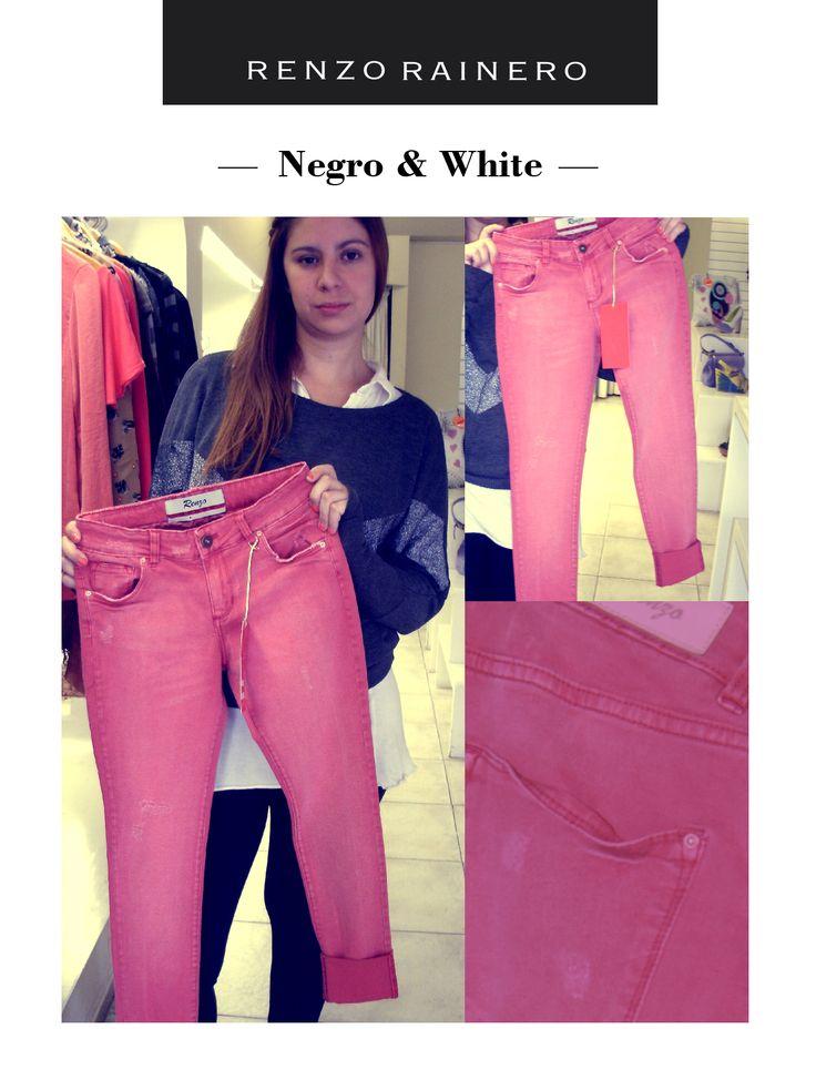 """Renzo Jean rojo. """"Me gusta el color. Si te ponés algo negro, corta y complementa totalmente el look. El rojo es un tono muy lindo para combinarlo con negro o blanco, y le da un toque diferente al outfit""""."""
