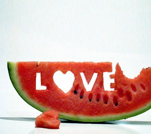 ''Amar não é aceitar tudo. Aliás: onde tudo é aceito, desconfio que há falta de amor.'' -Vladimir Maiakóvski: Love I, Fruit, Art Photography, Watermelon Art, Summer Love, Healthy Food, Foodart, Food Art, Hot Summer