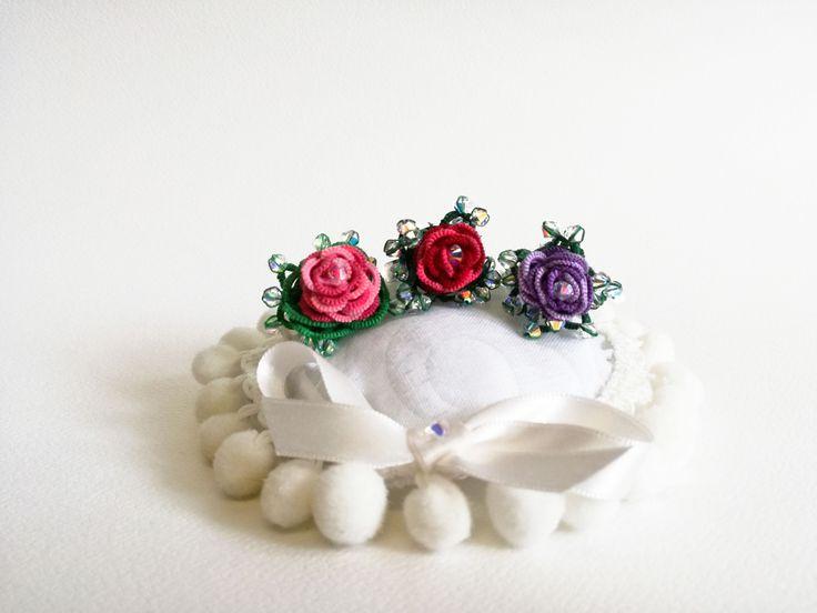 Anelli a rosa di due colori con tecniche miste tra cui lo split-ring. Con l'aggiunta di preziosi swarosvky.