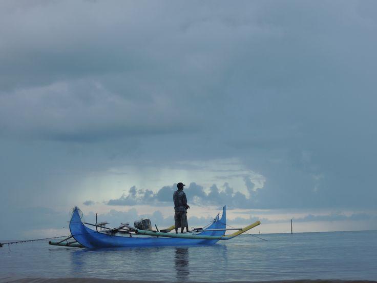 nelayan menatap penuh harapan..