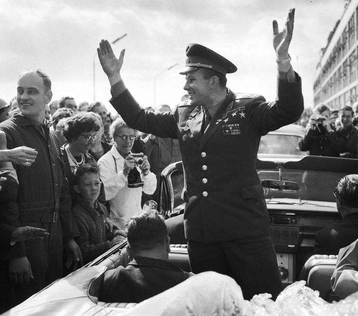 """GAGARING PÅ B&W Den sovjettiske kosmonaut oberstløjtnant Juri Gagarin ankommer til B&W Øen i 1962. Til venstre tager """"pastoren"""" Reno Sandstrøm imod."""
