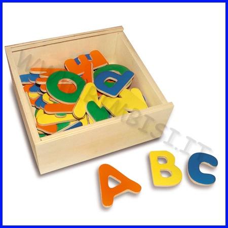 LETTERE MAGNETICHE IN LEGNO    Il set include 52 lettere maiuscola e minuscole magnetiche in legno.   Un gioco ideale per sviluppare le capacità linguistiche e di vocabolario dei bambini, che potranno giocare sulle lavagne, sul frigorifero ecc.  Confezionati in scatola di legno      Gioco adatto dai 3 anni in su.  Dimensioni scatola: 15x14x6 cm  PREZZO A SET        Codice: 106.06955