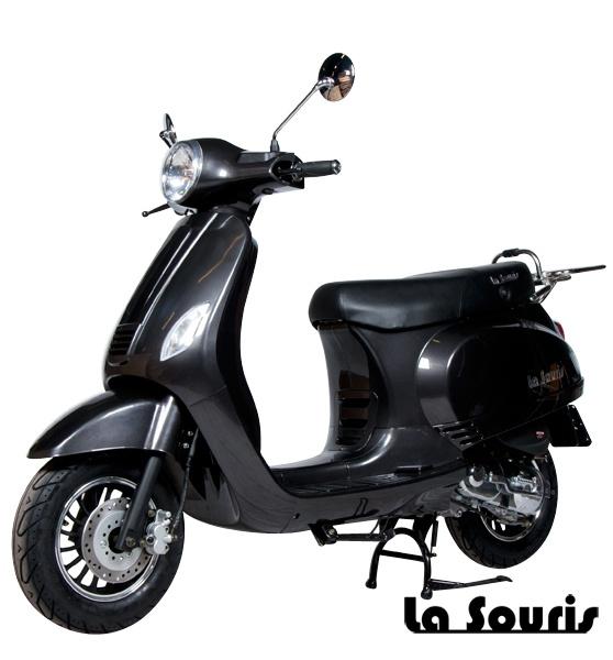 De Vespelini Scooter Antraciet is voorzien van een halogeen koplamp, geïntegreerde knipperlichten en Led Remlicht. Dit model lijkt veel op de Vespa LX. De scooter wordt geleverd met een gratis chromen bagagerek, t.w.v. € 60,00.