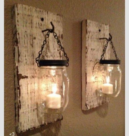 Luminárias presas em pedaço de madeira. Uma decoração simples e barata.