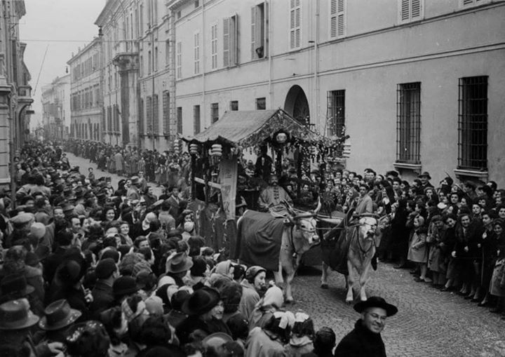 '50: Carnival parade in Via Mariani - Photo by C'era una volta Ravenna on Facebook [ #ravenna #myRavenna]